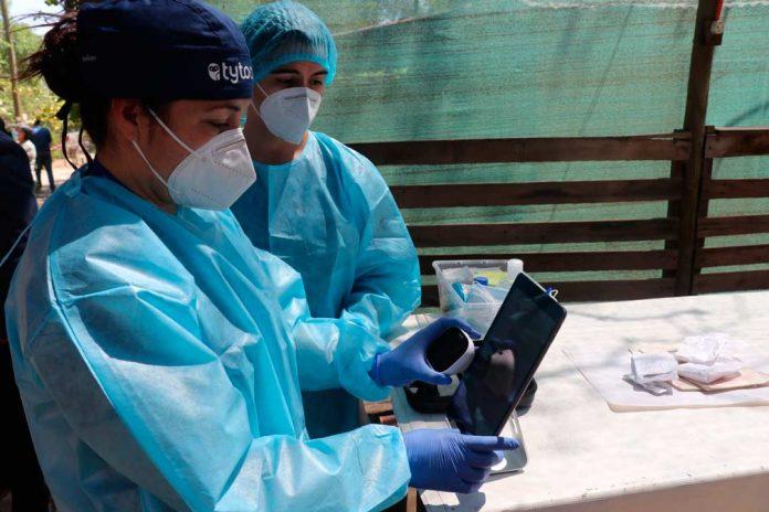Iniciativa chilena realiza exámenes a distancia y entrega diagnóstico médico en tiempo real a familias vulnerables
