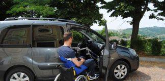 Grúa eleva personas en silla de ruedas al auto
