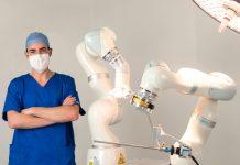 Médico chileno crea robot para cirugía abdominal único en el mundo El robot Levita tiene un triple impacto: para el pacientes, son menos incisiones lo que significa menor dolor y recuperación más rápida, para el cirujano, permite una mejor visualización durante la cirugía y para el hospital, aumenta la eficiencia, aumentando las cirugías que se pueden realizar por día. Esta innovación se perfila como la solución óptima para descomprimir el sistema de salud y dar una solución efectiva a las largas listas de espera para cirugía.